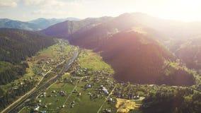 Vol aérien de bourdon en montagnes carpathiennes banque de vidéos