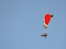 Vol actionné de paraglide ou de paramotor photographie stock