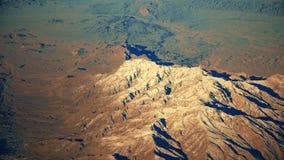 Vol au-dessus d'Al Khali de bande de frottement de désert de montagne chez l'Arabie Saoudite Le rouge ponce la vue d'oeil d'oisea banque de vidéos