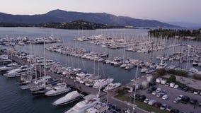 Vol au-dessus d'un dock avec beaucoup de yachts et bateaux - tir d'un bourdon banque de vidéos