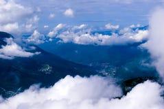 Vol au-dessus d'un pays montagneux image libre de droits