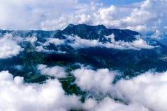 Vol au-dessus d'un pays montagneux images libres de droits