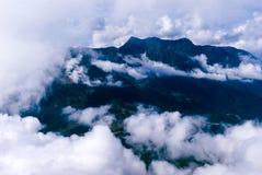 Vol au-dessus d'un pays montagneux image stock