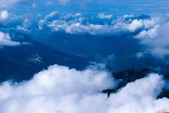 Vol au-dessus d'un pays montagneux photos libres de droits