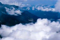 Vol au-dessus d'un pays montagneux images stock