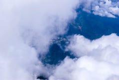 Vol au-dessus d'un pays montagneux photographie stock libre de droits
