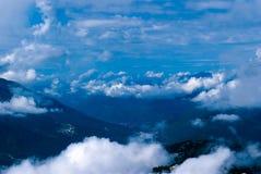 Vol au-dessus d'un pays montagneux photographie stock