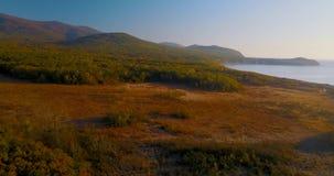 Vol au-dessus de beau lac Blagodatnoye entouré avec les forêts et les montagnes vertes sur le fond clips vidéos