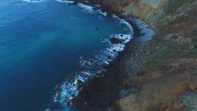 Vol au-dessus de bord de la mer chez Ténérife banque de vidéos
