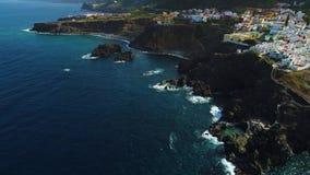 Vol au-dessus de bord de la mer chez Ténérife clips vidéos