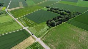 Vol au-dessus de champ et de lac agricoles - vue aérienne clips vidéos
