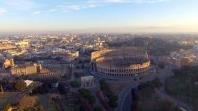 Vol au-dessus de Colosseum, Rome, Italie Vue aérienne de Roman Coliseum sur le lever de soleil banque de vidéos