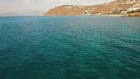 Vol au-dessus de l'eau en cristal de l'inclinaison de mer Égée jusqu'au littoral et aux montagnes clips vidéos