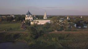 Vol au-dessus de l'ensemble architectural de Suzdal Kremlin avec la cathédrale de la nativité de la Vierge banque de vidéos