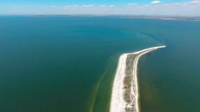 Vol au-dessus de la bande du sable en mer clips vidéos