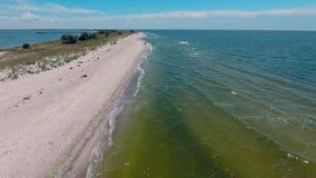 Vol au-dessus de la bande du sable en mer banque de vidéos