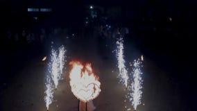 Vol au-dessus de la pyrotechnie et du coeur ardent banque de vidéos