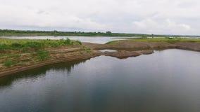 Vol au-dessus de la rivière banque de vidéos