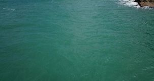 Vol au-dessus de la surface de l'eau du Golfe du Siam banque de vidéos