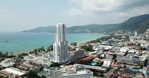 Vol au-dessus de la ville de Patong Longueur de bourdon Vue des maisons color?es clips vidéos