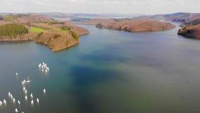 Vol au-dessus de lac au ressort clips vidéos