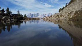 Vol au-dessus de lac Spiegelsee avec des réflexions de Dachstein, Autriche banque de vidéos