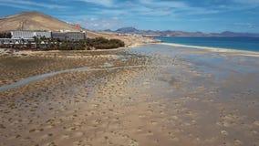 Vol au-dessus de plage de Costa Calma, Fuerteventura, Îles Canaries banque de vidéos