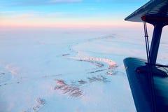 Vol au-dessus de toundra sans fin en hiver Images stock