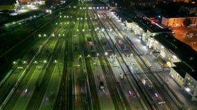 Vol au-dessus des chemins de la nuit la station de train, Iekaterinbourg, Russie Les gens et les trains pendant la nuit banque de vidéos