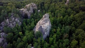 Vol au-dessus des crêtes de montagnes, coucher du soleil, vol au-dessus de la forêt montagnes, antenne de Dovbush, mouche au-dess clips vidéos