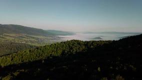Vol au-dessus des crêtes de montagnes, coucher du soleil, vol au-dessus de la forêt montagnes, antenne de Dovbush, mouche au-dess banque de vidéos