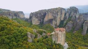 Vol au-dessus des formations de roche et des monastères de Meteora, Grèce banque de vidéos