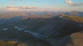 Vol au-dessus des montagnes clip Altai, Sibérie Vol au-dessus des lacs et de la vallée de forêt banque de vidéos