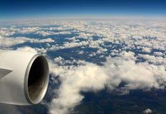 Vol au-dessus des nuages photos stock