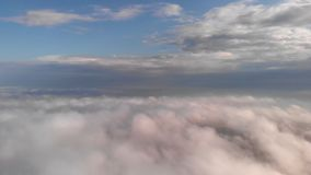Vol au-dessus des nuages banque de vidéos