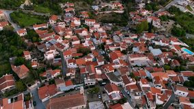 Vol au-dessus des toits rouges du village de montagne authentique en Chypre centrale clips vidéos
