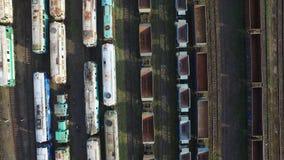 Vol au-dessus des trains banque de vidéos