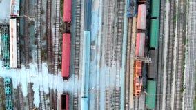 Vol au-dessus des trains et des chemins de fer banque de vidéos