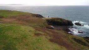 Vol au-dessus du littoral de la manière atlantique sauvage par Maghery avec le signe d'Eire 74, Dungloe - comté le Donegal - Irla banque de vidéos