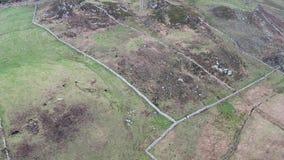 Vol au-dessus du littoral de la manière atlantique sauvage par Maghery avec le signe d'Eire 74, Dungloe - comté le Donegal - Irla clips vidéos