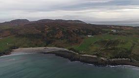 Vol au-dessus du littoral de la manière atlantique sauvage par Maghery, Dungloe - comté le Donegal - Irlande banque de vidéos