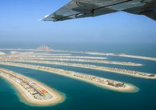 Vol au-dessus du palmier d'île à Dubaï photographie stock