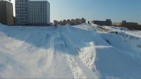 Vol au-dessus du parc de surf des neiges tremplins banque de vidéos