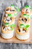 Vol-au-lufthål smördegfall fyllde med champinjoner och chicke Arkivfoto