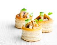 Vol-au-lufthål smördegfall fyllde med champinjoner och chicke Royaltyfri Foto