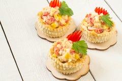 Vol-au-vent de fête d'apéritif avec de la salade de poulet, poivron doux, Image stock