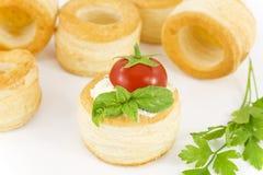 Vol-au-vent mit Frischkäse, Tomate und Basilikum Lizenzfreie Stockbilder
