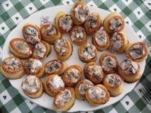 Vol-aulufthål som fylls med huggen av champinjoner och matlagningkräm Arkivfoto