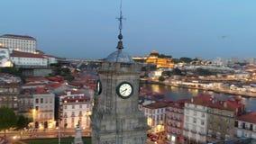 Vol autour de tour d'horloge au centre historique de Porto banque de vidéos