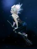 Vol blond de sorcière sur le balai image stock